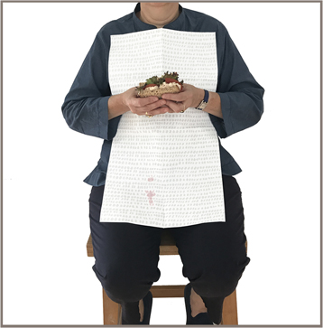 NEATsheets_Shop_100_Count_7_Adult_Disposabel_bib_Gray_Dot_Sandwich